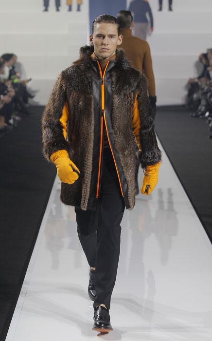 ... sfilata Milano Moda Uomo. Cappotto in pelliccia con inserti gialli Dirk  Bikkembergs 894bce37659