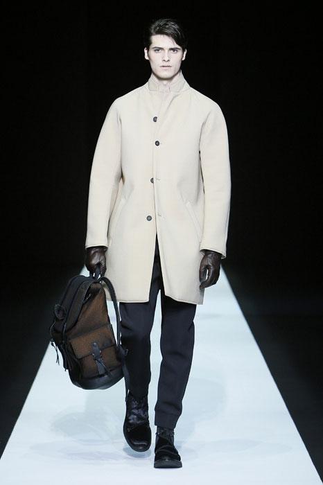 Cappotto beige e zaino khaki Emporio Armani