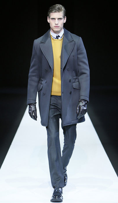 ... sfilata Milano Moda Uomo. Cappotto su maglione zafferano Emporio Armani 5761be1f47a
