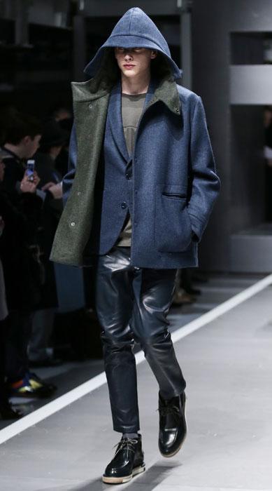 ... sfilata Milano Moda Uomo. Giacca con cappuccio su pantaloni in pelle  Fendi e0d491698f5
