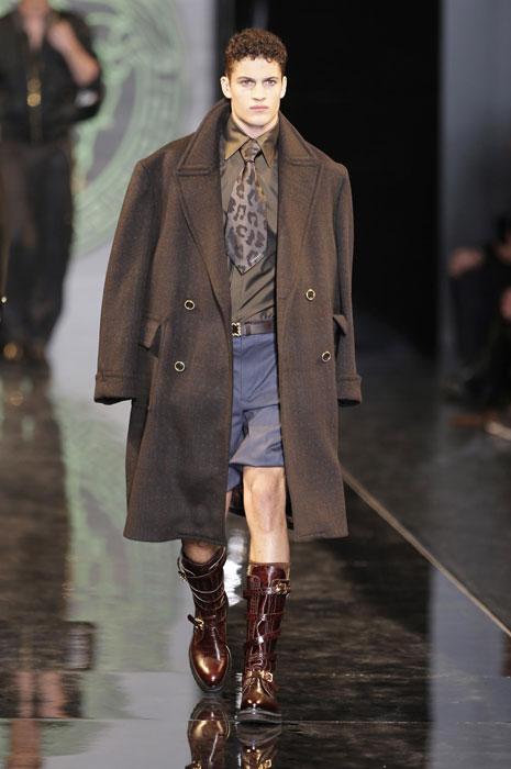 Cappotto lungo su bermuda Versace