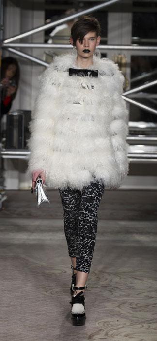 Pelliccia e pantaloni Moschino Cheap and Chic