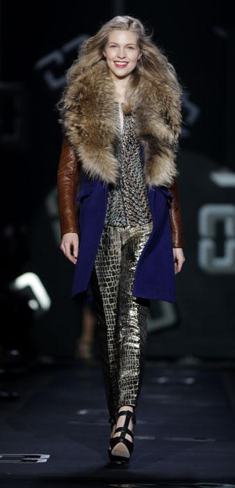 Pantaloni animalier e cappotto con pelliccia Diane Von Furstenberg