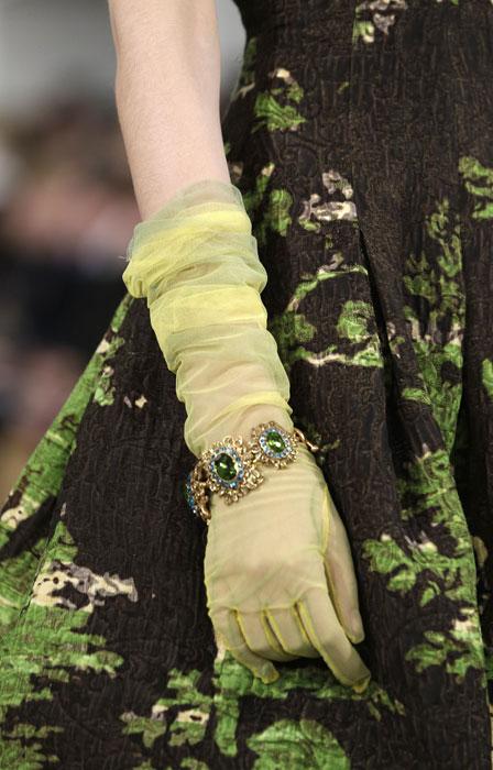 Dettaglio guanti e bracciale  Oscar de La Renta