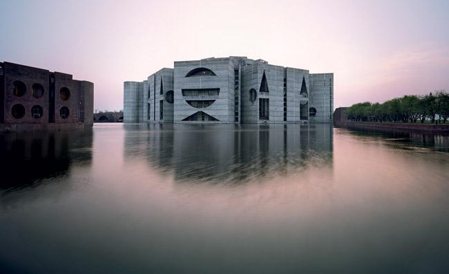 Risultati immagini per Parlamento di Dacca di Louis Kahn