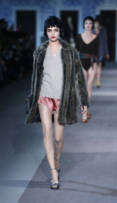 Pelliccia e shorts Louis Vuitton