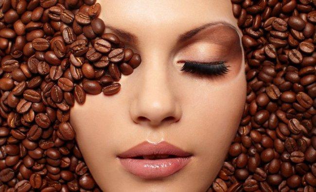 Donna immersa chicchi di caffé