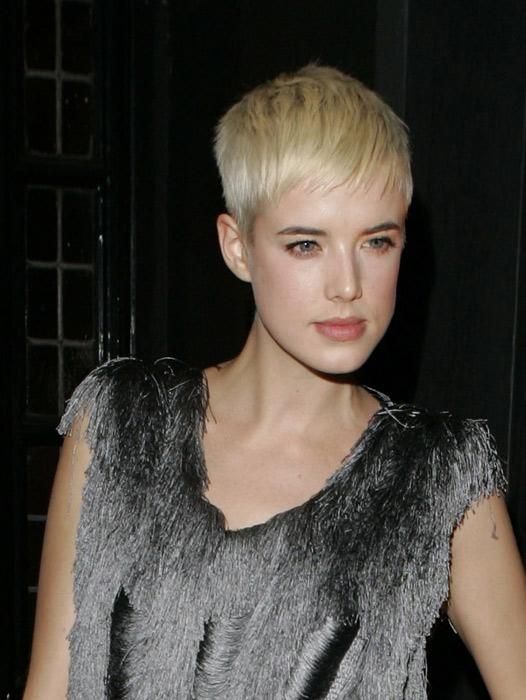 Modella bionda capelli corti