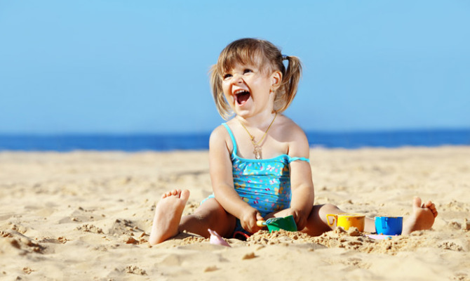 bambina in spiaggia