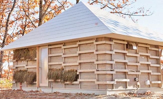 Una casa di paglia e compost