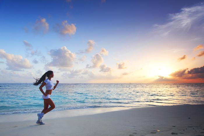 ragazza che corre sulla spiaggia