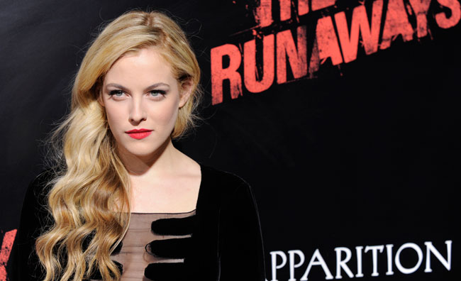 Lo stile dark di Riley Keough