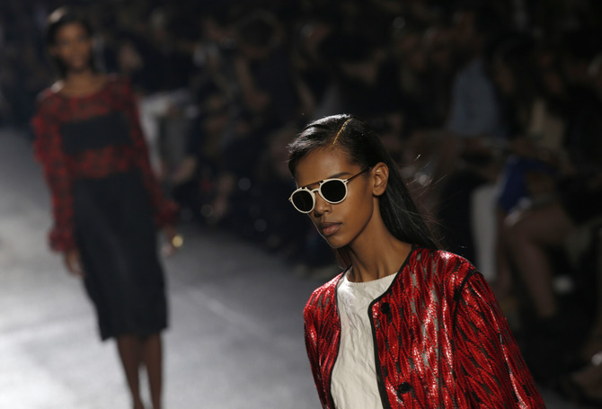 Giacca, top e occhiali da sole Dries Van Noten