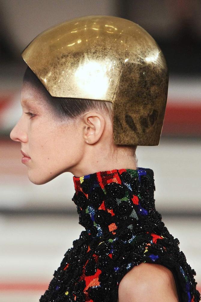 Top e cappello Alexander McQueen
