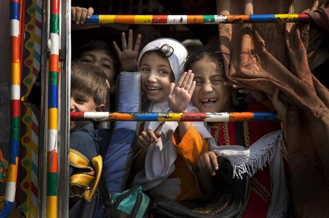 Ragazzine pakistane su un bus scolastico