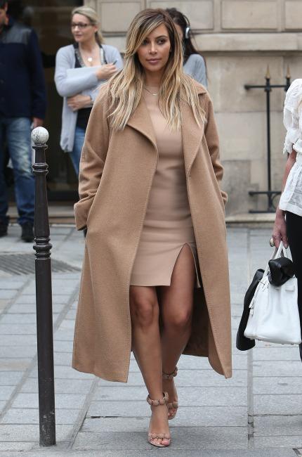 Kim Kardashiancon un cappotto iconicoMAX MARA, foto scattata a Parigi