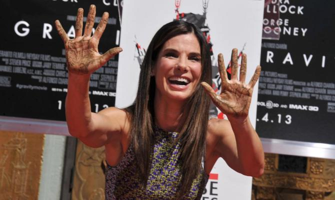 Sandra Bullock alla cerimonia            dedicatale sulla Hollywood Walk Of Fame dove ha messo le sue            impronte presso il TCL Chinese Theatre a Los Angeles