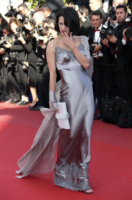 Asia Argento in abito lungo color argento alla 66ma edizione del Festival di Cannes