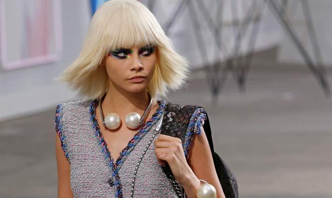 Le donne iconiche Chanel giocano con i colori