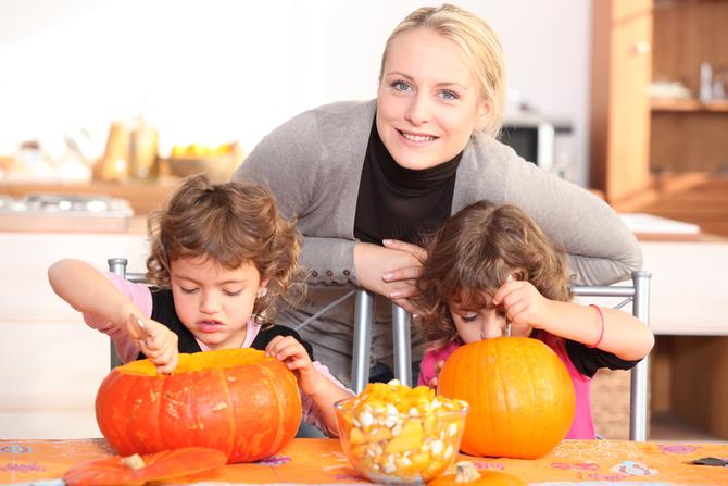 Famiglia alle prese con la zucca di Halloween