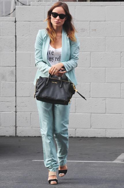 Olivia Wilde con la shopping Miu Miu in madras colore nero della collezione Autunno/Inverno 2013