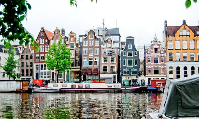Amsterdam si illumina dopo 400 anni