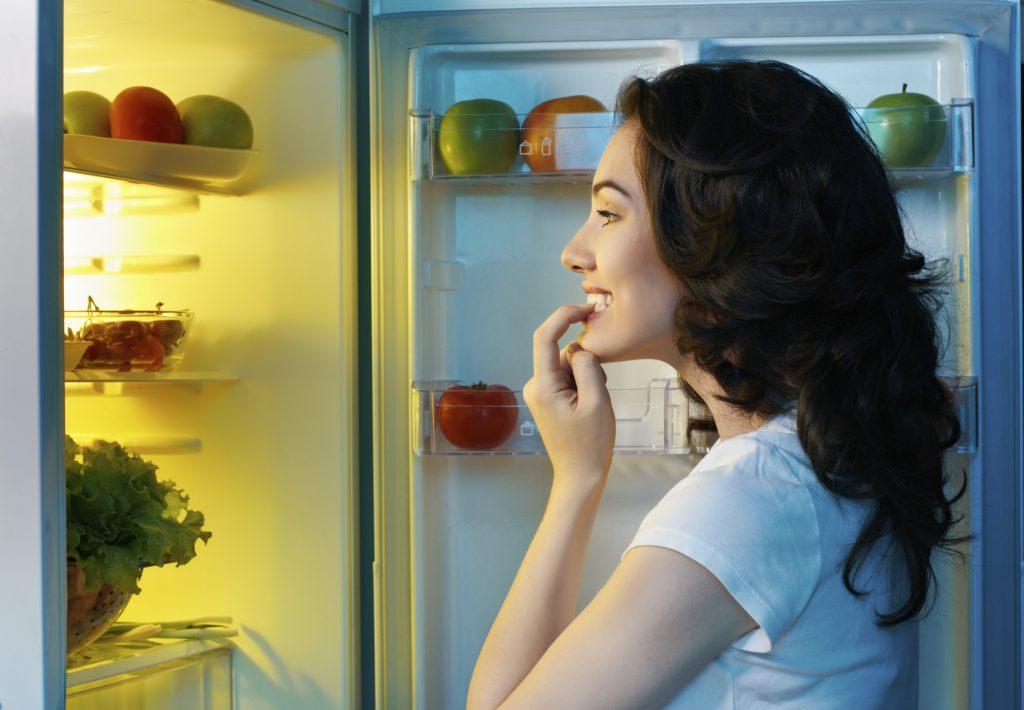 Ragazza frigo
