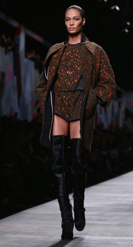 Cappotto, maglia e shorts Fendi