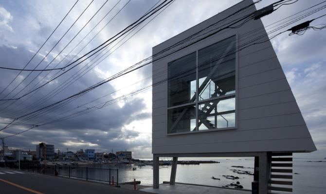 Window house, la mini-casa sulla costa giapponese