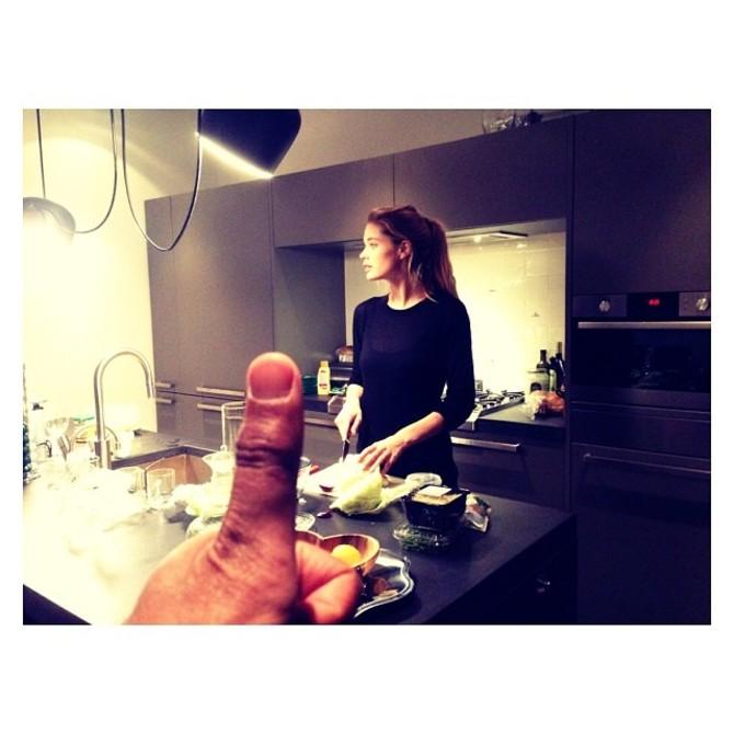 Doutzen Kroes in cucina
