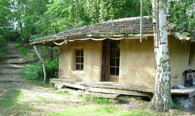 "Ecologica e in stile ""Hobbit"": la casa in terra cruda"