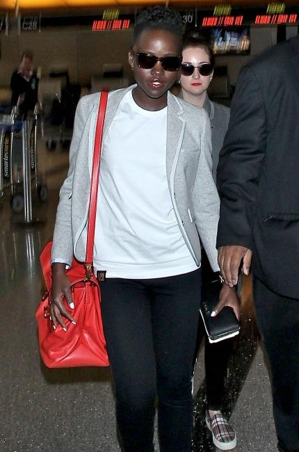 Lupita Nyong'o con borsa Miu Miu