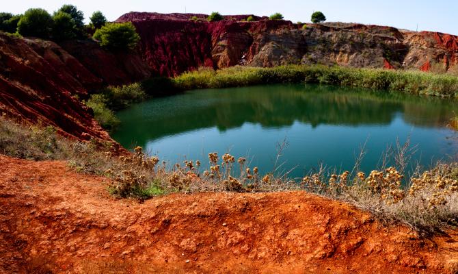La cava di bauxite: la meraviglia rossa del Salento
