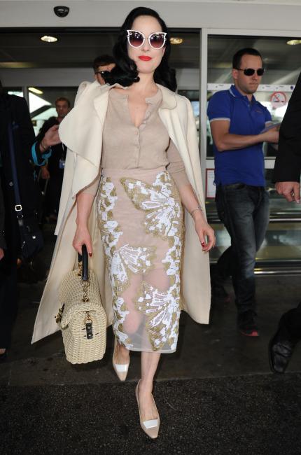 Dita Von Teese, fasciata di macramè a Cannes