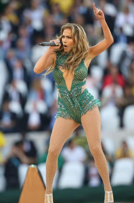 Jennifer Lopez, la madrina dei Mondiali in verde smeraldo