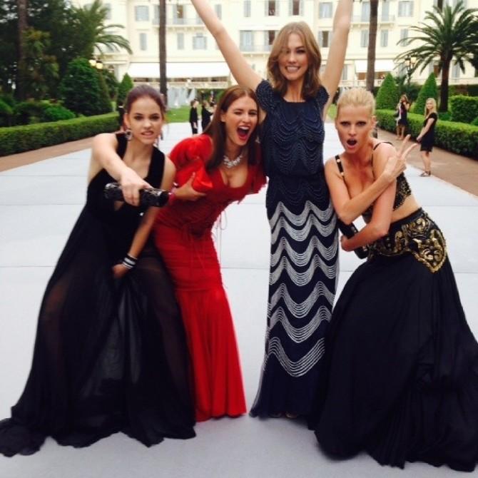 Bianca Balti con alcune modelle