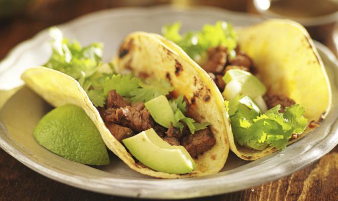 Tacos con manzo, lime e avocado