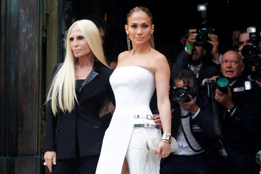 Jlo e Donatella. L'alta moda di Atelier Versace