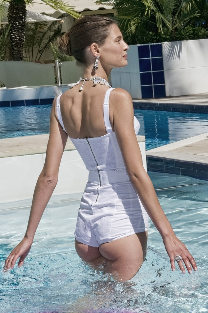 Bianca Balti in piscina