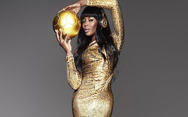 Naomi nei panni della Coppa del Mondo
