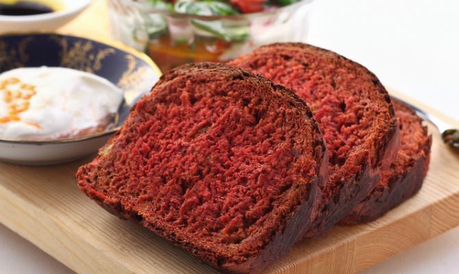 Pane rosa alla barbabietola e la tavola si colora