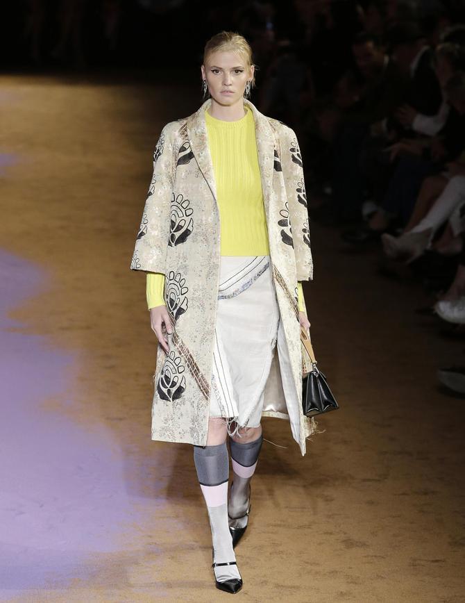 Cappotto, maglia e gonna Prada