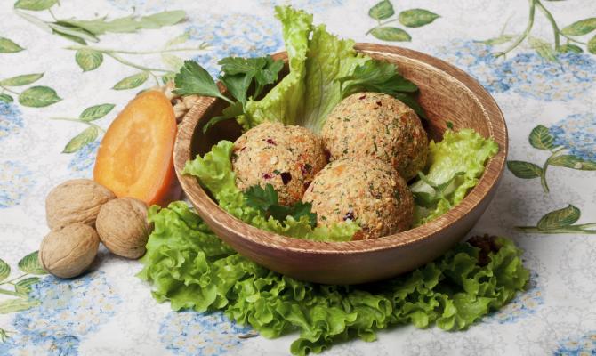 piatto turco abase di lenticchie rosse e bulgur
