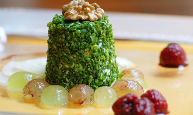 Ricetta vegetariana. Bavarese di Chevre a caglio vegetale con uva e noci