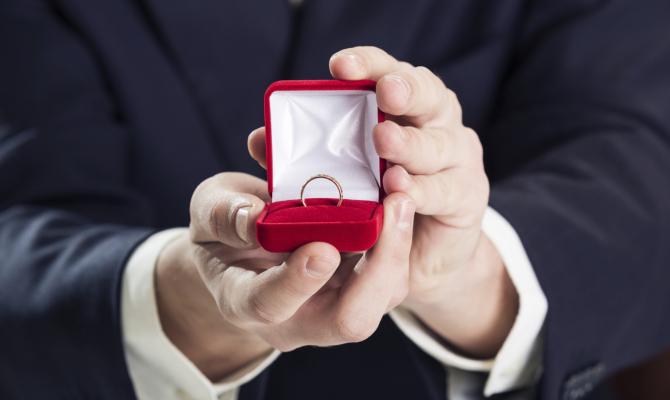 Arrivano i gioielli dell'amore. Anche per lui.