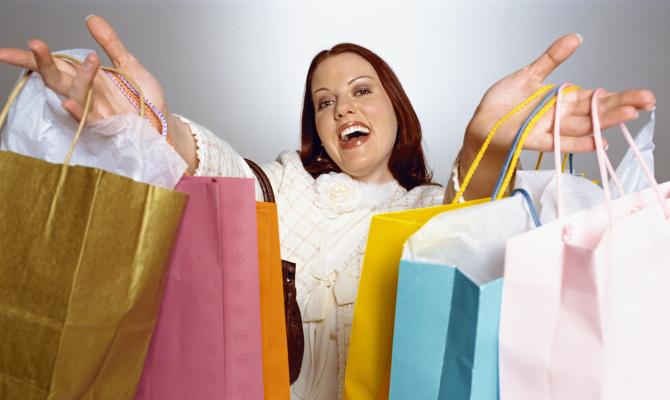 ragazza con buste dopo shopping