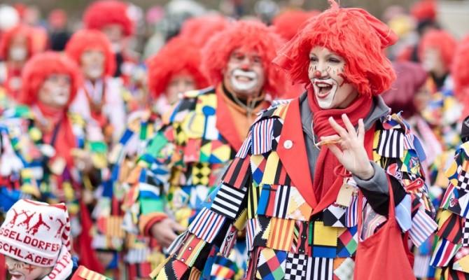 Carnevale a Dusseldorf - Germania - donna vestita da clown
