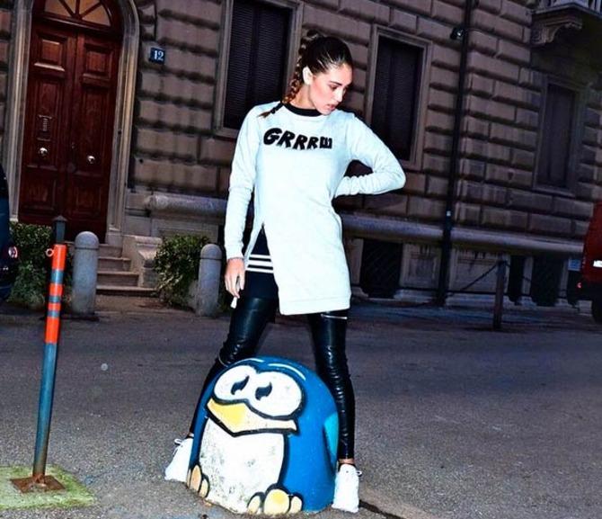 Cecilia Rodriguez con il pinguino di Pao