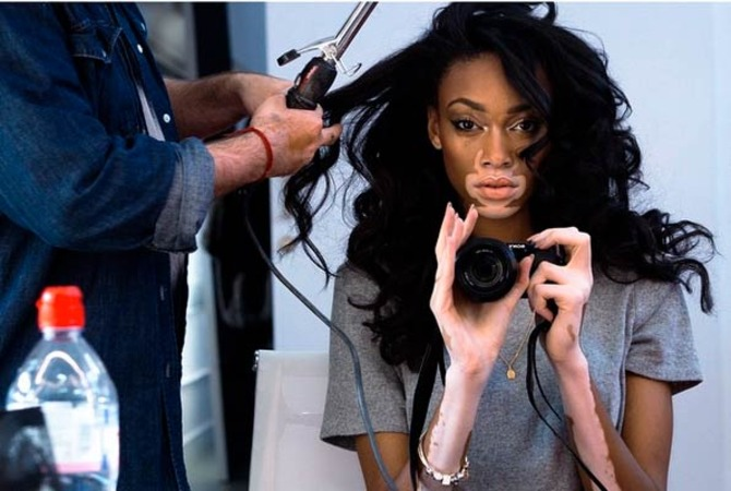 Chantelle Winnie nel backstage di una sfilata