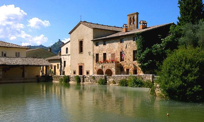 Bagno Vignoni, romantico borgo termale